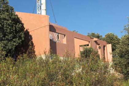 Vivienda pre-industrializada de una planta realizada con hormigón rojo.