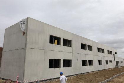 Edificio de dos plantas realizado con cerramientos de panel pre-industrializado y forjados de placa alveolar.