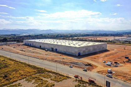 Edificio Industrial realizado con paneles de extra medida de hormigón gris.