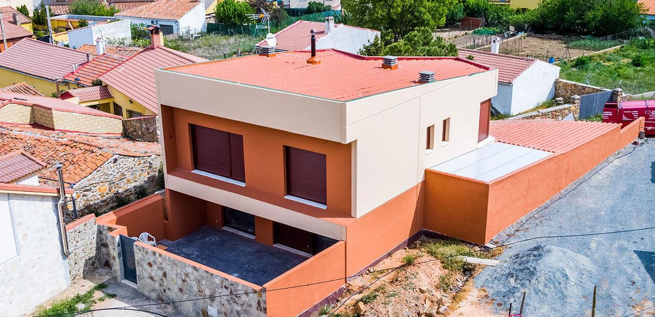 Vivienda pre-industrializada de dos plantas con cerramientos con veladura en color especial en Ávila.
